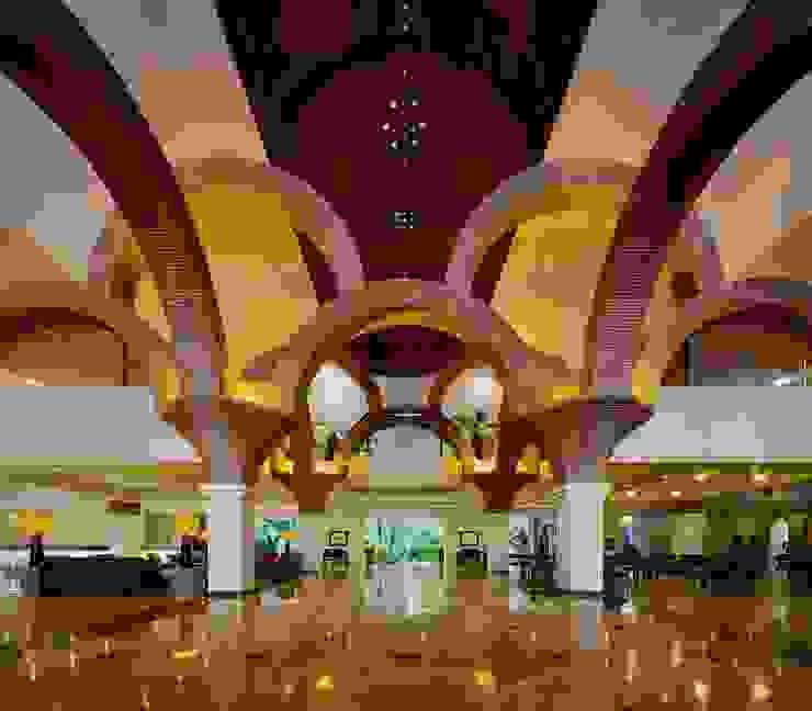 Lobby de Velas Vallarta Pasillos, vestíbulos y escaleras eclécticos de MC Design Ecléctico Ladrillos
