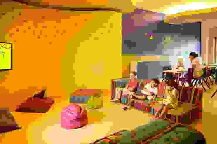 Kid´s Club. Salas multimedia eclécticas de MC Design Ecléctico Compuestos de madera y plástico