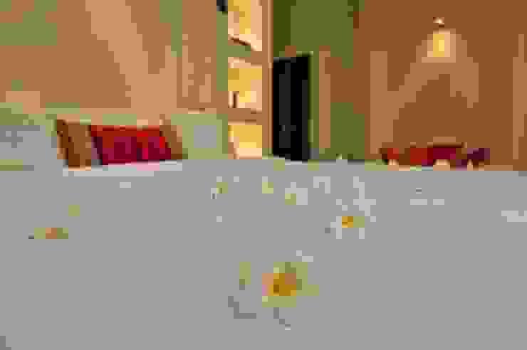 Yassmine Modern style bedroom by Rita Mody Joshi & Associates Modern