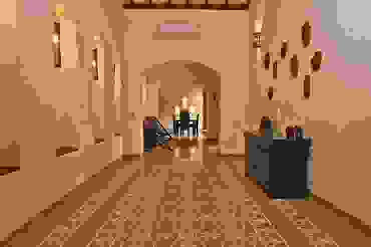 Moderne gangen, hallen & trappenhuizen van Rita Mody Joshi & Associates Modern