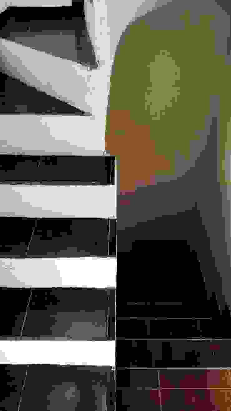 ESCALERAS INTERIORES 3ERA - 4TA PLANTA Pasillos, vestíbulos y escaleras de estilo industrial de MVP arquitectos Industrial Cerámica