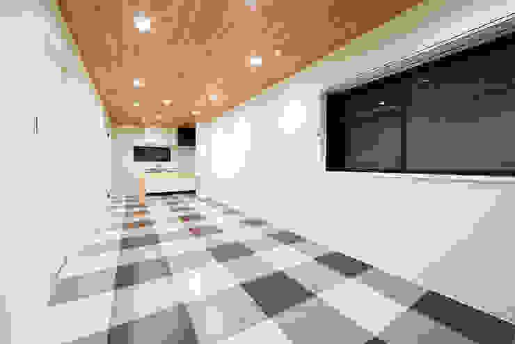 ちいさな家のゆたかな空間: 株式会社クラスコデザインスタジオが手掛けた現代のです。,モダン