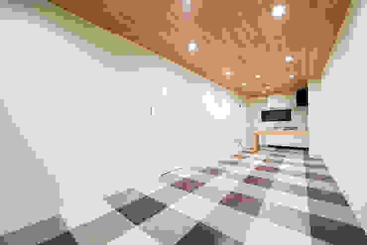人生勝利宣言: 株式会社クラスコデザインスタジオが手掛けた現代のです。,モダン 無垢材 多色