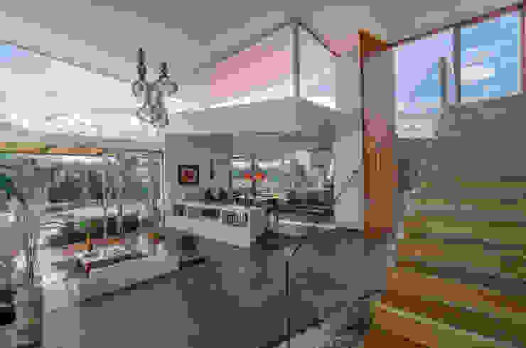 interior social PLANTA BAJA ESTUDIO DE ARQUITECTURA Pasillos, vestíbulos y escaleras de estilo tropical