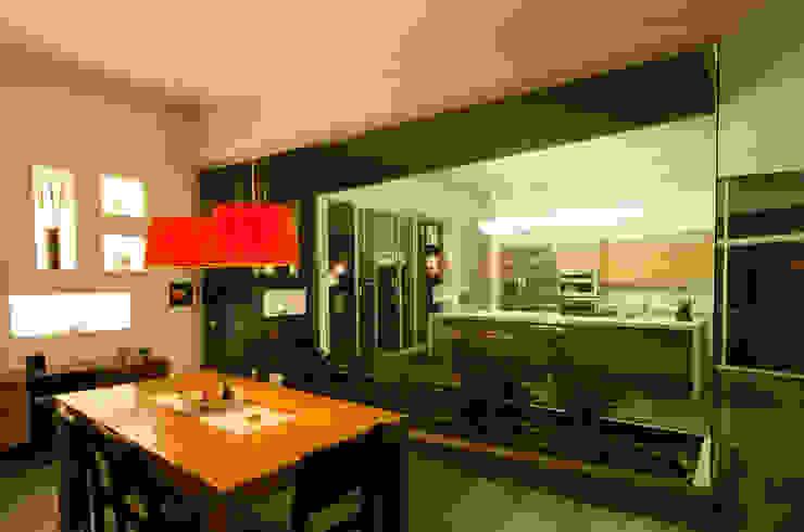 Tropical style dining room by PLANTA BAJA ESTUDIO DE ARQUITECTURA Tropical