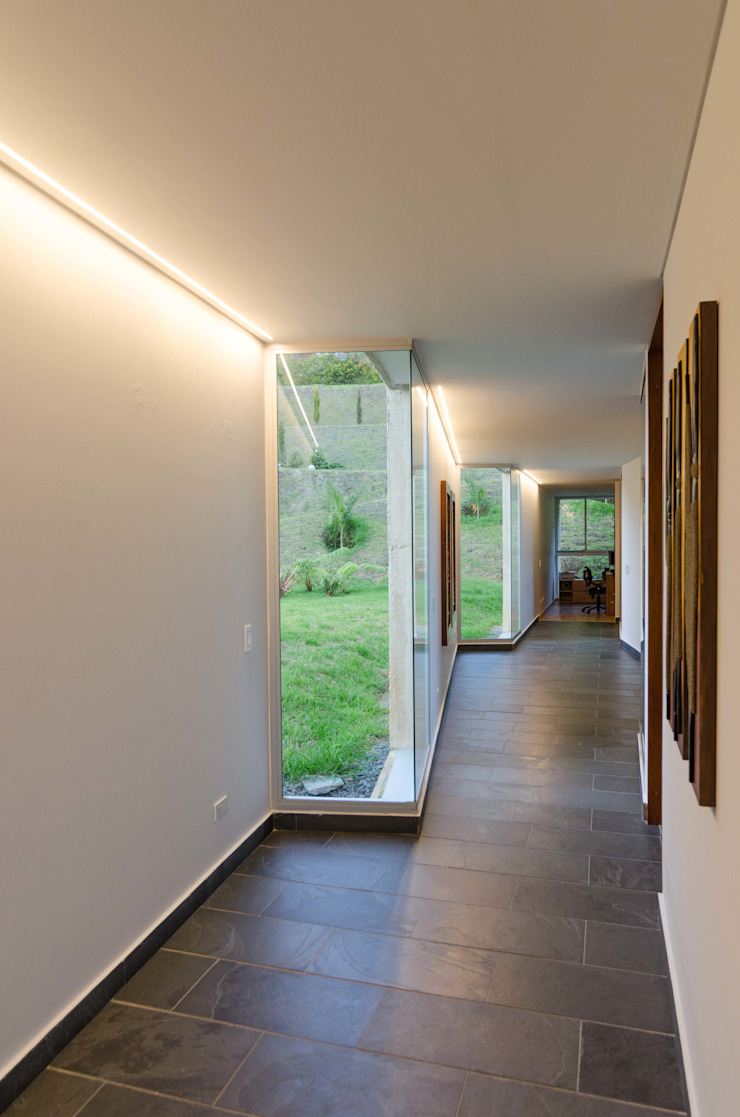 PLANTA BAJA ESTUDIO DE ARQUITECTURA Tropical style corridor, hallway & stairs