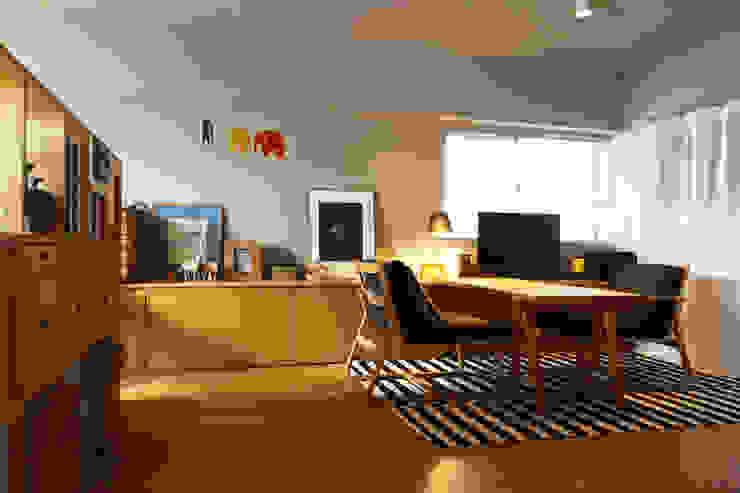 Matsumicho House オリジナルデザインの リビング の イロリイデザイン オリジナル 木 木目調