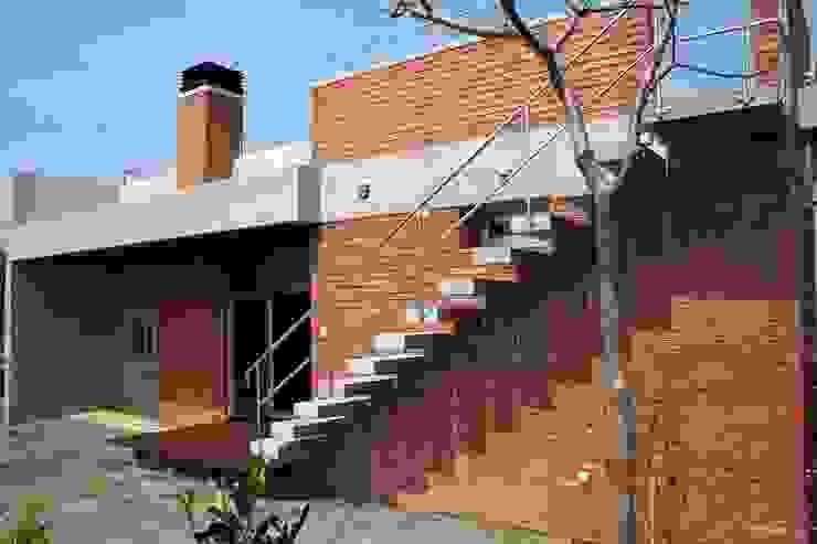 外観 裏手庭側: 仁設計が手掛けたトロピカルです。,トロピカル レンガ