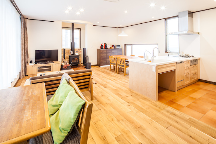 明るく温かい空間 オリジナルデザインの リビング の 株式会社コリーナ オリジナル