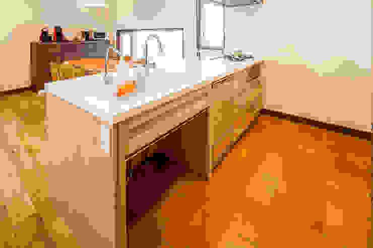 明るく温かい空間 オリジナルデザインの キッチン の 株式会社コリーナ オリジナル