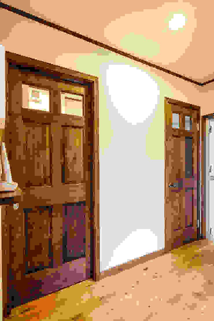 明るく温かい空間 オリジナルスタイルの 玄関&廊下&階段 の 株式会社コリーナ オリジナル