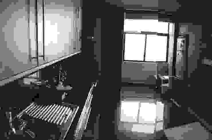 cozinha antes da remodelação Cozinhas minimalistas por feedback-studio arquitectos Minimalista