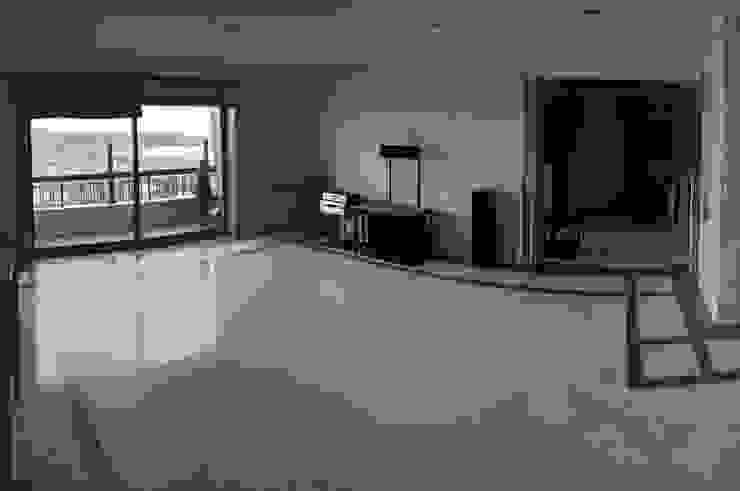 sal de estar antes da remodelação Salas de estar minimalistas por feedback-studio arquitectos Minimalista