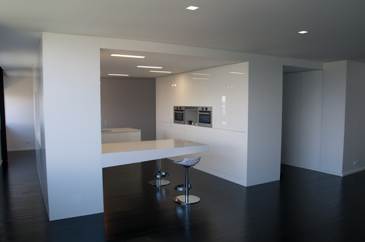 cozinha vista da sala de estar Cozinhas minimalistas por feedback-studio arquitectos Minimalista