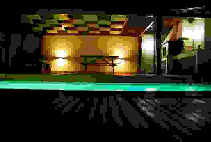 Piscina in stile rustico di JOÃO SANTIAGO - SERVIÇOS DE ARQUITECTURA Rustico Legno Effetto legno