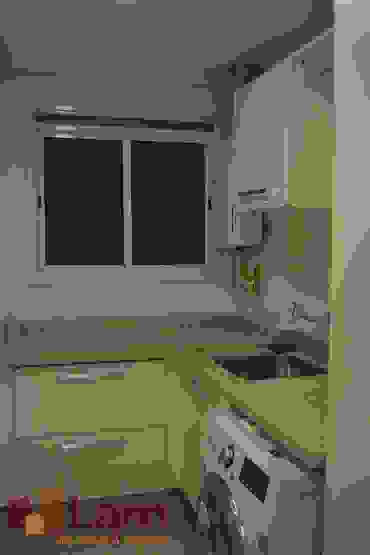 Área de Serviço Cozinhas modernas por LAM Arquitetura   Interiores Moderno