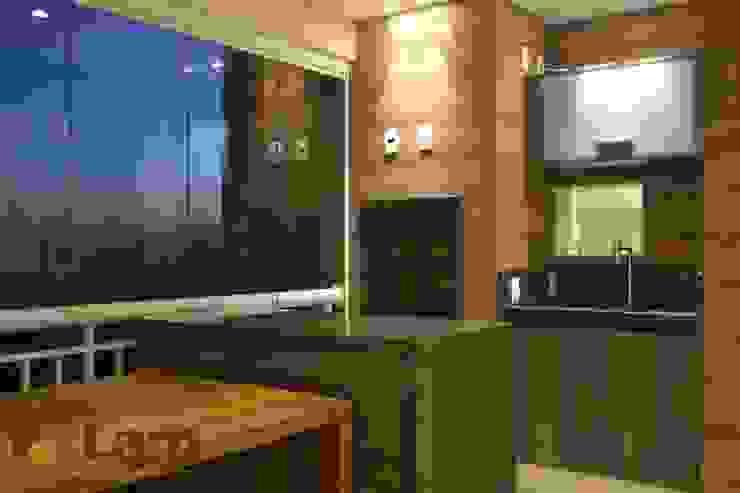 Terraço Varandas, alpendres e terraços modernos por LAM Arquitetura   Interiores Moderno