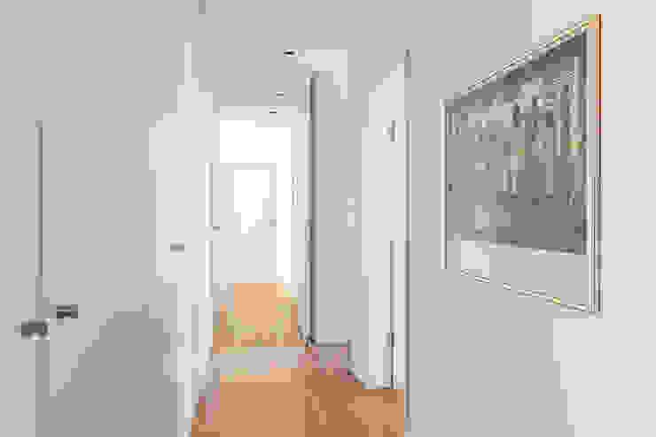 Couloir, entrée, escaliers modernes par Ponto Cúbico Moderne