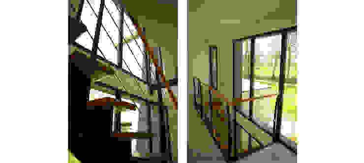 Construction d'une maison individuelle, Pleumeleuc, Ille-et-Vilaine Couloir, entrée, escaliers modernes par bAAt architecture Moderne