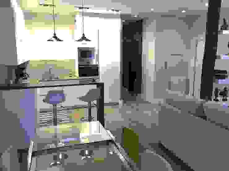 Reforma de un apartamento en el centro de San Sebastian Comedores de estilo moderno de EKIDAZU Moderno
