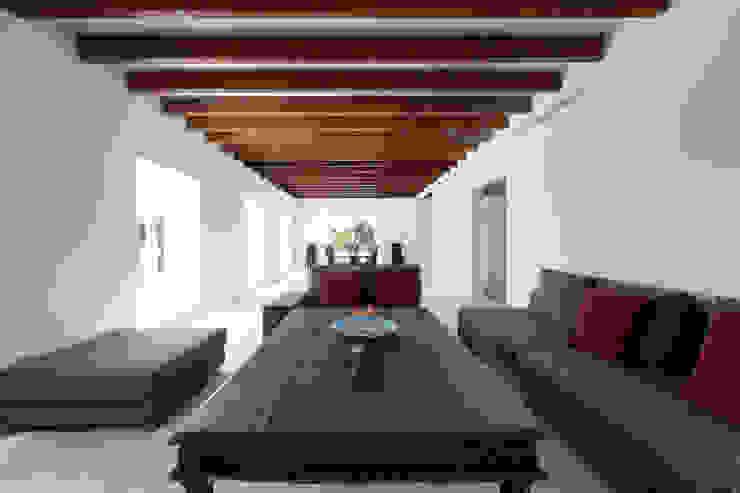 Salas de estar rústicas por ISLABAU constructora Rústico
