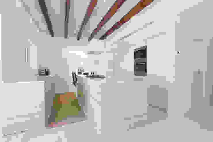 Cozinhas rústicas por ISLABAU constructora Rústico