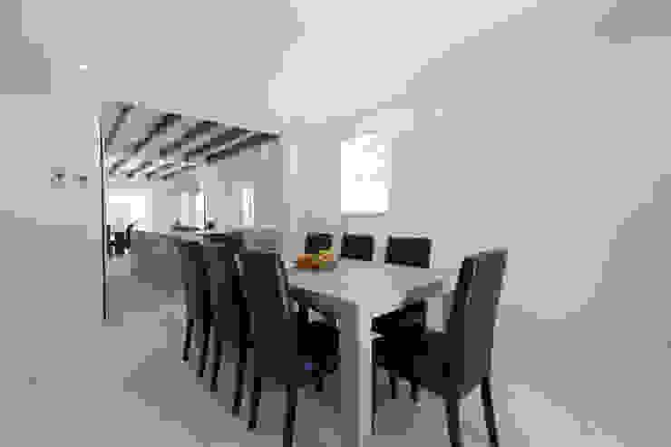 Salas de jantar rústicas por ISLABAU constructora Rústico