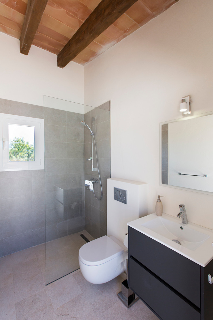 Casas de banho modernas por ISLABAU constructora Moderno