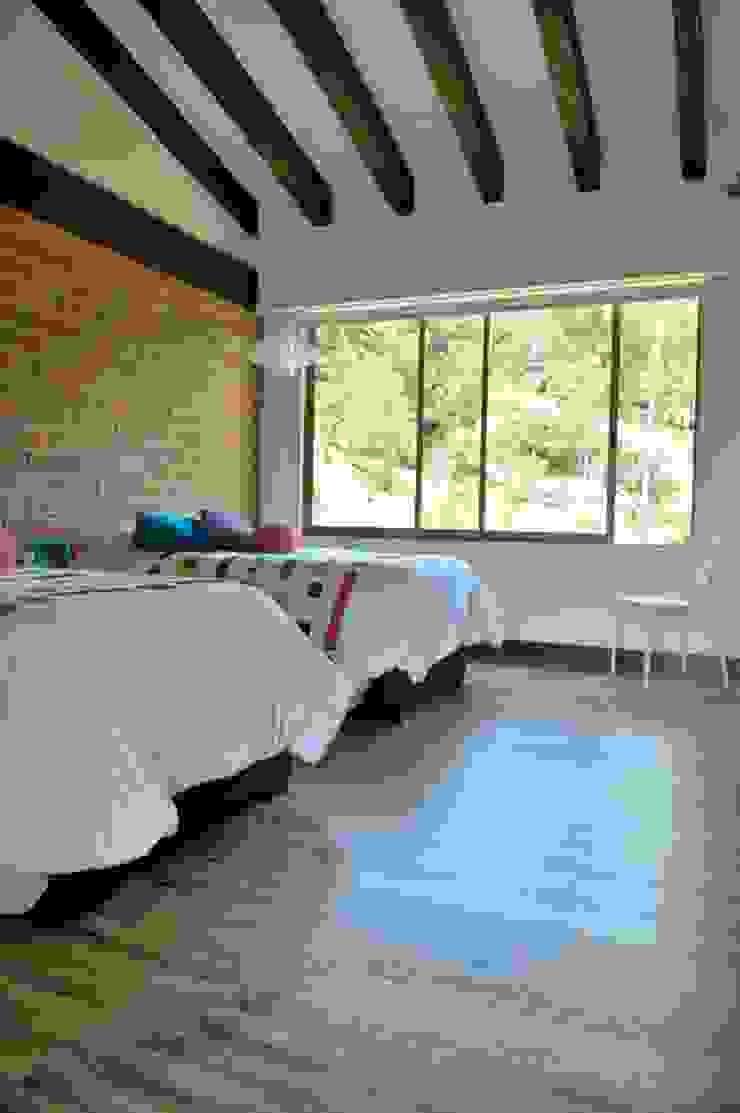 Casa Restrepo Botero Habitaciones de estilo clásico de WVARQUITECTOS Clásico