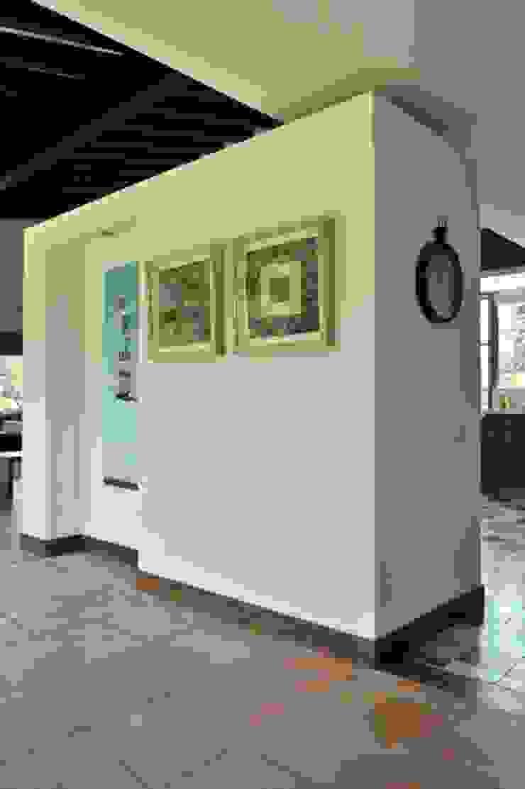 Casa Restrepo Botero Pasillos, vestíbulos y escaleras de estilo clásico de WVARQUITECTOS Clásico