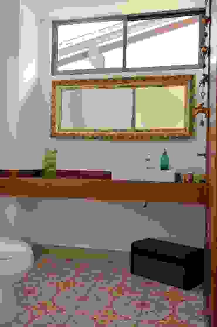 Casa Restrepo Botero Baños de estilo clásico de WVARQUITECTOS Clásico