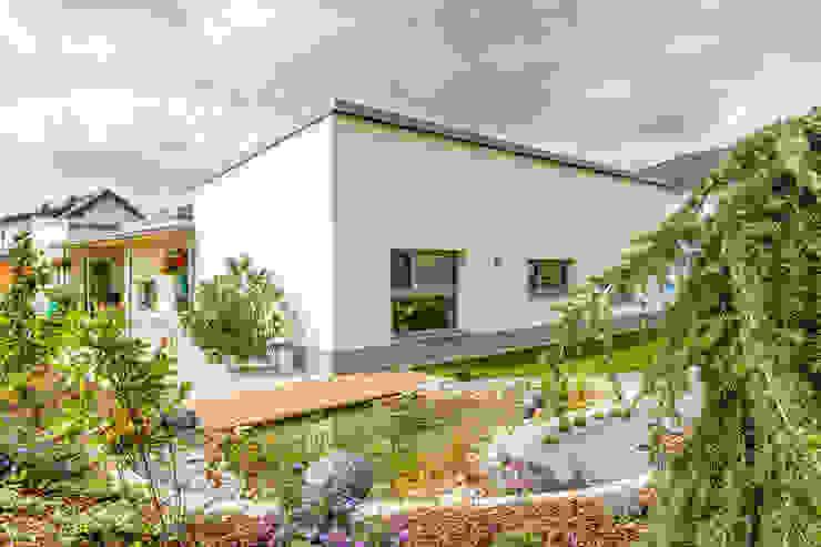 barrierefreies wohnhaus in großweikersdorf Moderne Häuser von Atelier Fürtner-Tonn Modern