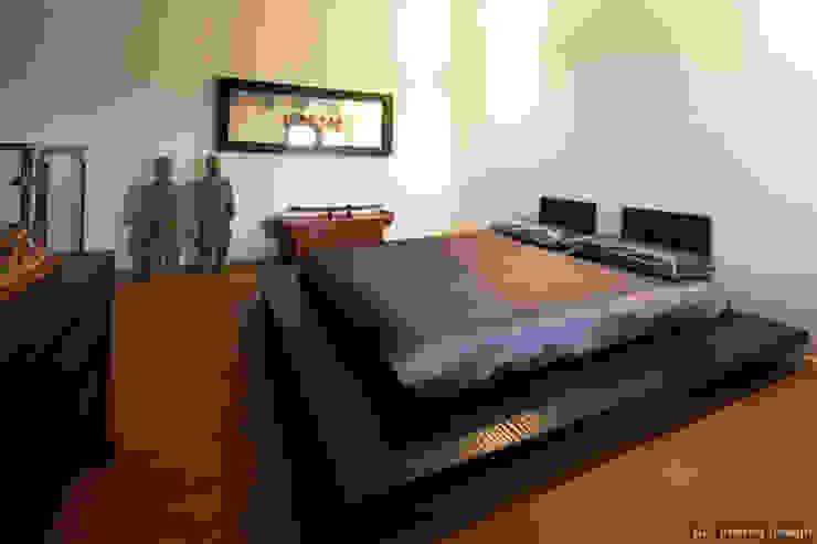 Casa etnica Camera da letto moderna di ADI ARREDAMENTI Moderno Legno Effetto legno