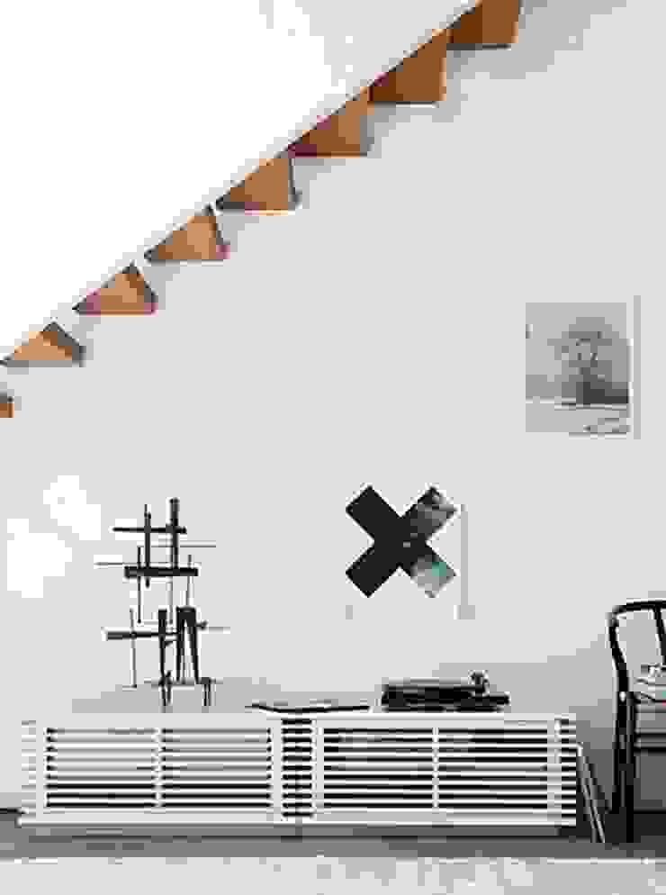 Consola para TV de la coleccion LINE diseñada por Nathan Yong para DWR. de Design Within Reach Mexico Moderno Madera Acabado en madera
