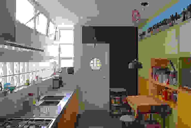 cozinha ap. bossa Cozinhas modernas por omnibus arquitetura Moderno Madeira Efeito de madeira