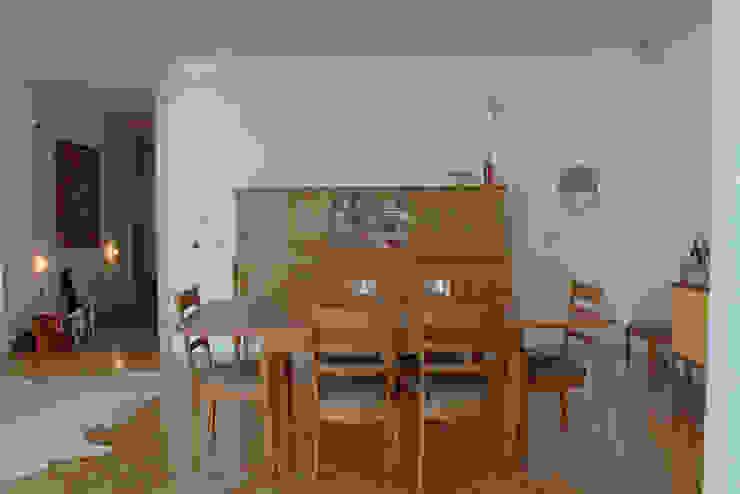 Sala de jantar da vovó - ap bossa Salas de jantar modernas por omnibus arquitetura Moderno Madeira Efeito de madeira