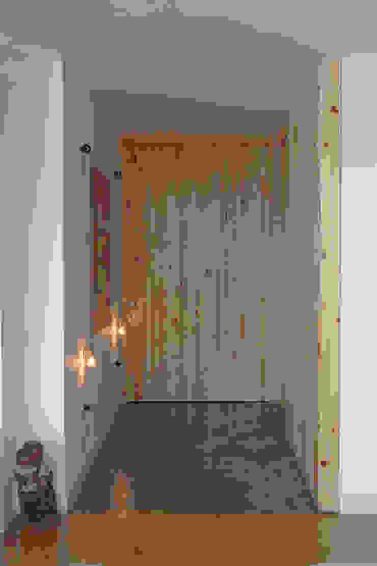 Hall em pinus Corredores, halls e escadas modernos por omnibus arquitetura Moderno Madeira maciça Multi colorido
