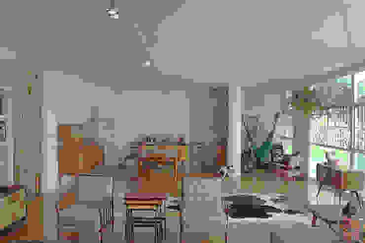 sala ap bossa Salas de estar modernas por omnibus arquitetura Moderno Madeira Efeito de madeira