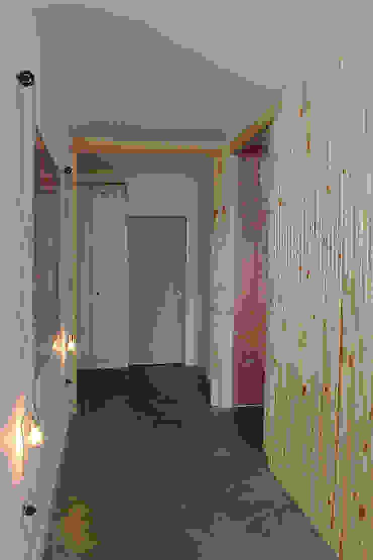 hall ap bossa Corredores, halls e escadas modernos por omnibus arquitetura Moderno Madeira maciça Multi colorido