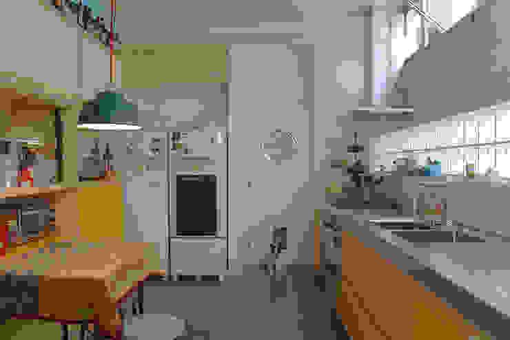 cozinha ap bossa Cozinhas modernas por omnibus arquitetura Moderno Madeira maciça Multi colorido