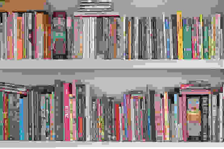 detalhe da estante da sala de tv - ap bossa por omnibus arquitetura Moderno MDF