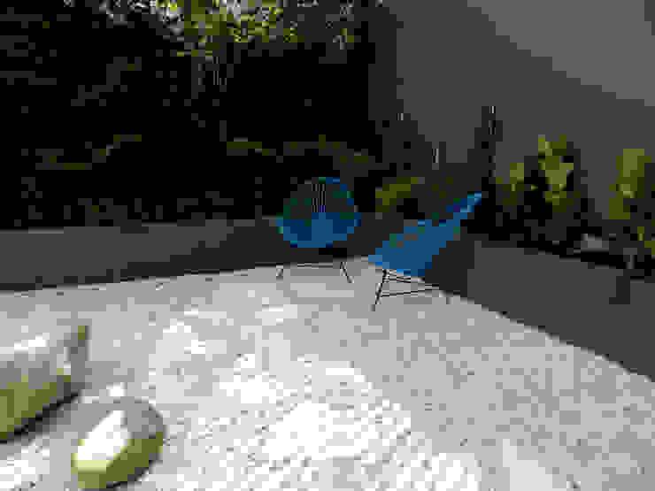 Modern Garden by Paisaje Radical Modern