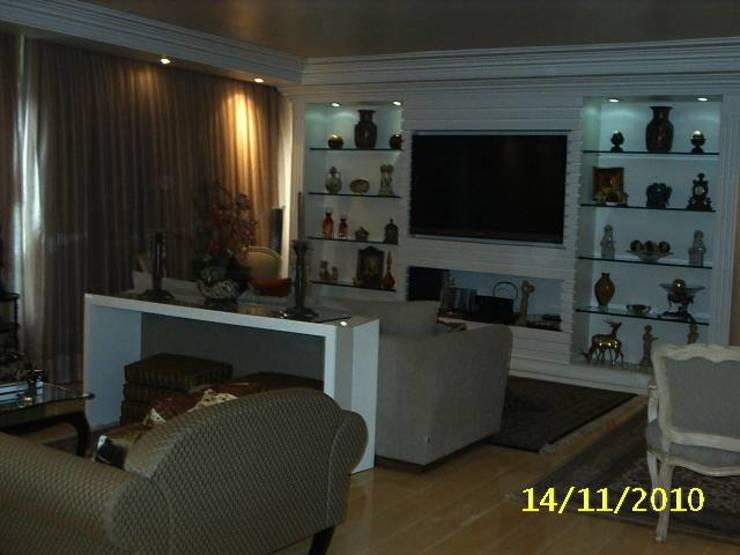 Living Salas de estar clássicas por mr maria regina de mello vianna arquitetura e interiores Clássico