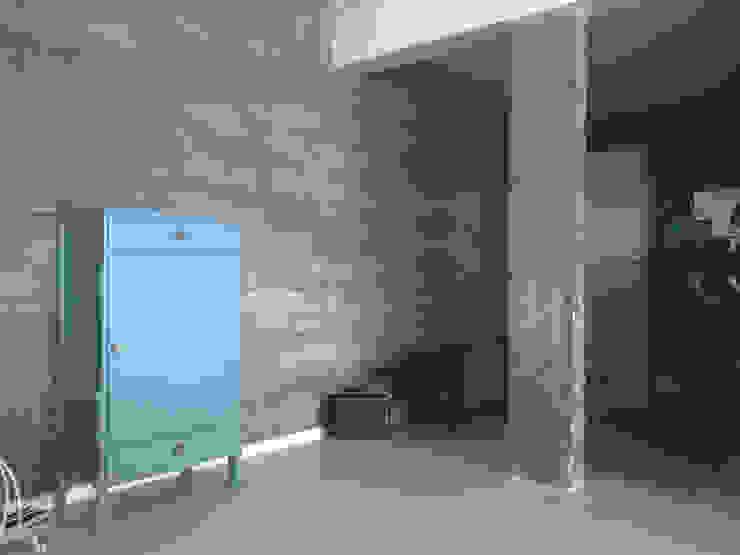Parede Concreto - ap varandas Corredores, halls e escadas modernos por omnibus arquitetura Moderno