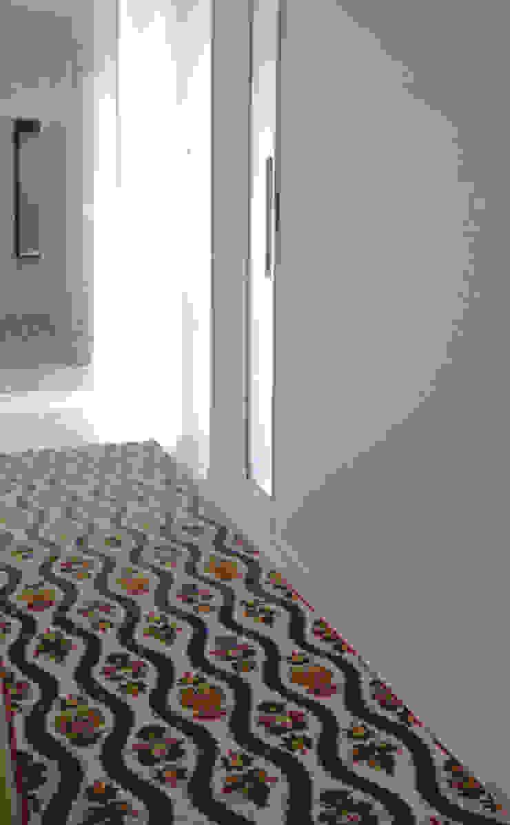 Corredor iluminado - ap varandas Corredores, halls e escadas modernos por omnibus arquitetura Moderno Algodão Vermelho