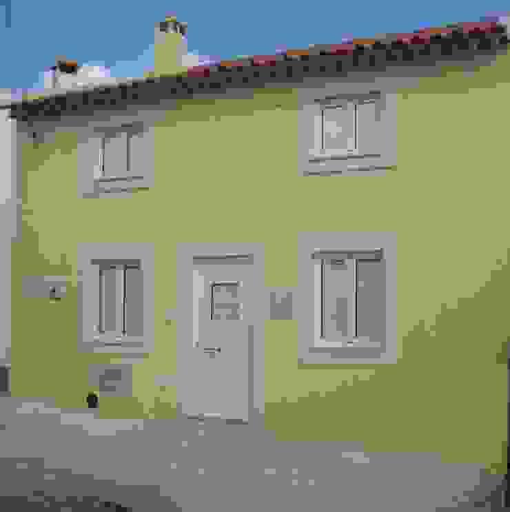 Construção de moradia V2 em estilo rústico para VENDA Casas rústicas por Atádega Sociedade de Construções, Lda Rústico