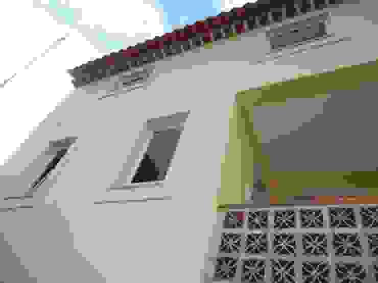 Visão das traseiras da moradia Varandas, marquises e terraços rústicos por Atádega Sociedade de Construções, Lda Rústico
