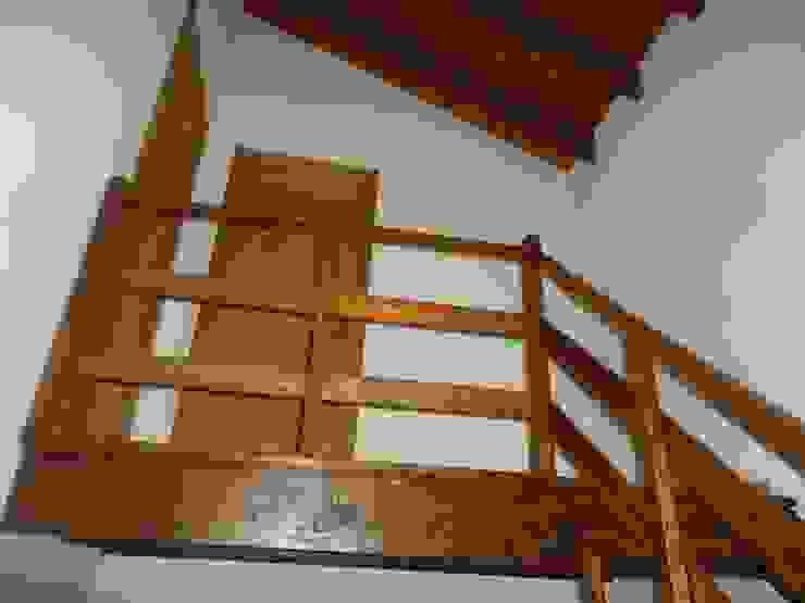 escada rústica Varandas, marquises e terraços rústicos por Atádega Sociedade de Construções, Lda Rústico