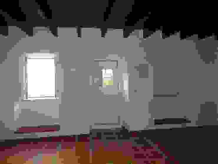 Sala de estar Salas de estar rústicas por Atádega Sociedade de Construções, Lda Rústico