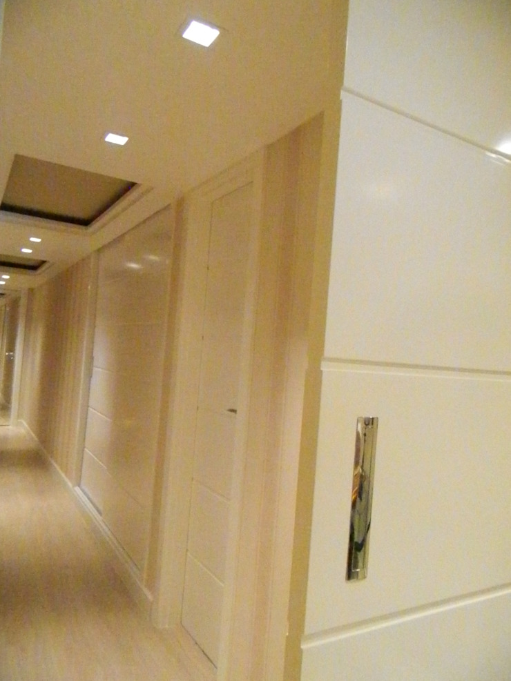 Corredor e Sala de Almoço Corredores, halls e escadas clássicos por mr maria regina de mello vianna arquitetura e interiores Clássico